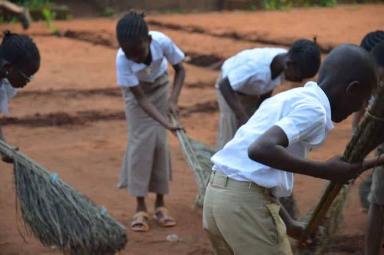Ecole beninoise eleves passant Balai